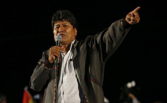В охопленій протестами Болівії зазнав аварії вертоліт з президентом на борту. З'явилося відео