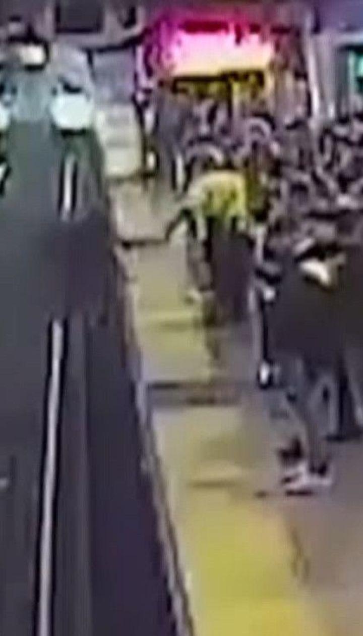 У США чоловік витягнув з колії на платформу пасажира за мить до прибуття потяга