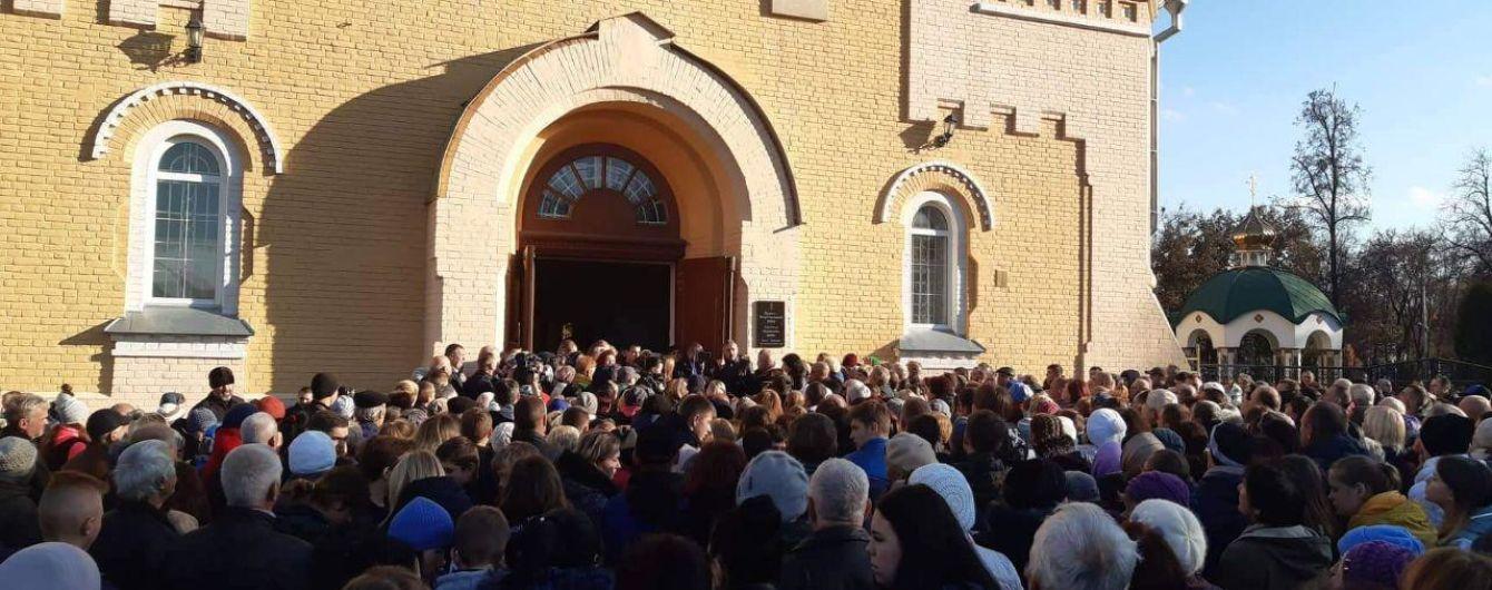 Під час прощання із загиблим на залізниці юнаком у Прилуках натовп влаштував імпровізований мітиг