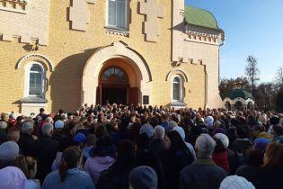 Во время прощания с погибшим на железной дороге юношей в Прилуках толпа устроила импровизированный митиг
