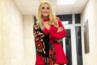 В красном мини-платье с декольте: кокетливый образ Ирины Федишин