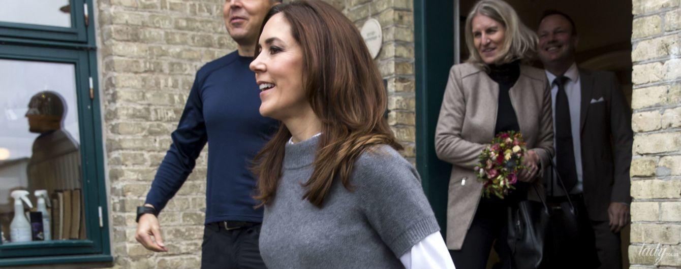 У кашеміровому светрі зверху сорочки: принцеса Мері сходила до школи