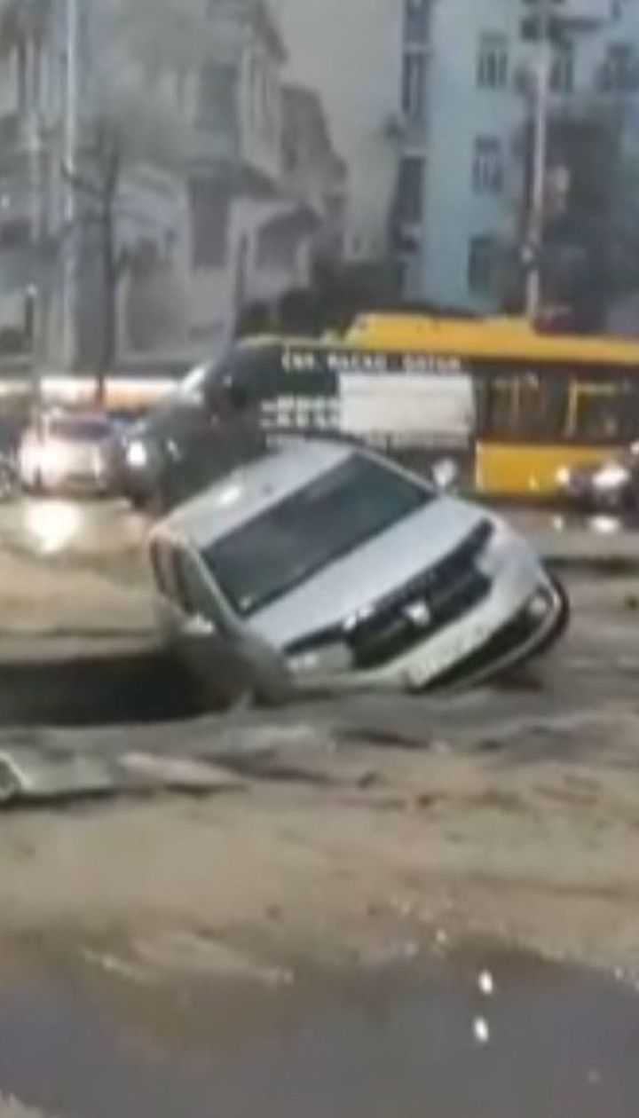 В центре Киева провалился асфальт из-за прорыва трубы с горячей водой