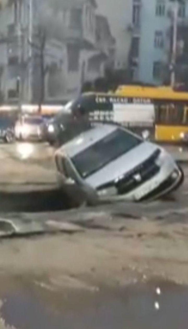 У центрі Києва провалився асфальт через прорив труби з гарячою водою