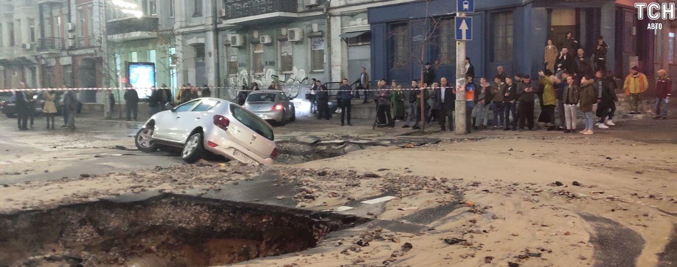 Провал в центре Киева: в КГГА назвали сроки ремонта дороги после прорыва трубы