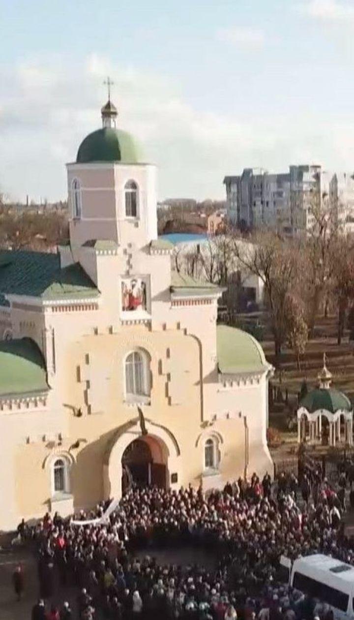 Больше полутысячи прилучан попрощались с Денисом Чаленко: в городе царит протестное настроение