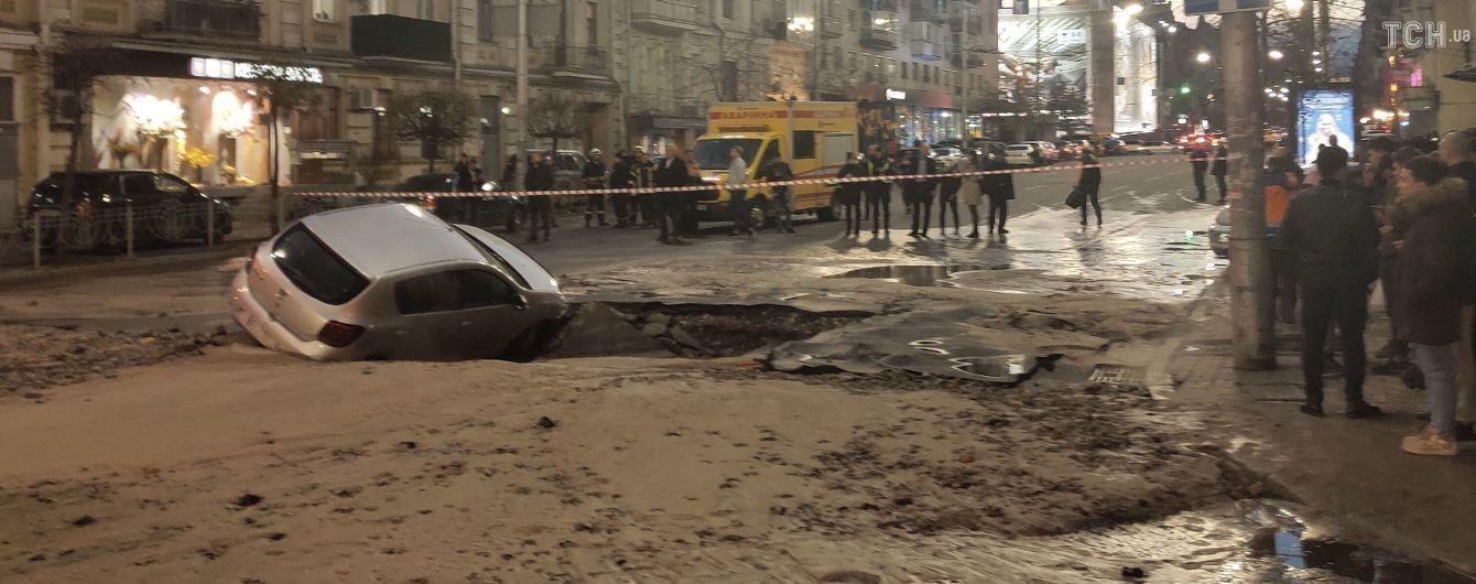 Залитые кипятком улицы и поврежденные авто. Прорыв теплосети в Киеве произошел на том же месте, где и год назад