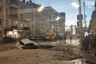Залиті окропом вулиці та пошкоджені авто. Прорив тепломережі у Києві стався на тому ж місці, де і рік тому