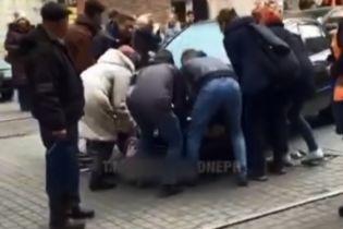 Машина заблокировала движение трамваев в Днепре: пассажиры оттащили авто, водитель записал видеообращение