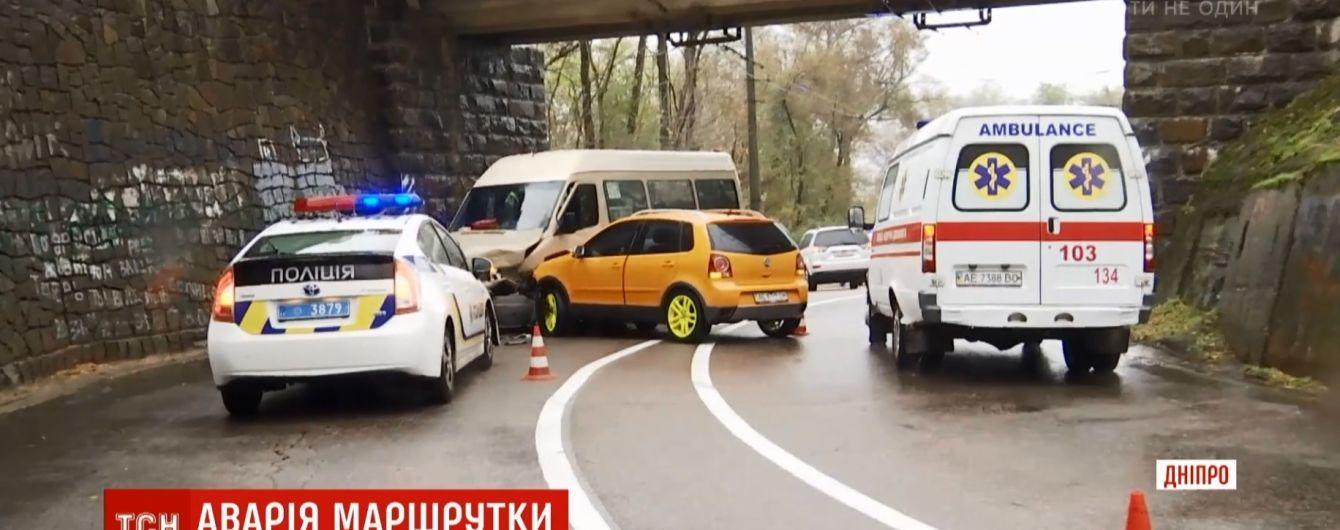 Аварія під час зливи: у Дніпрі легковик винесло на зустрічну маршрутку