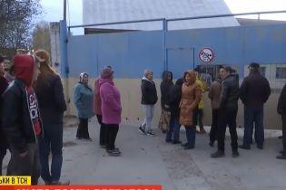 На Тернопольщине люди требуют закрыть элеватор, из-за которого несколько месяцев живут в красном снегопаде
