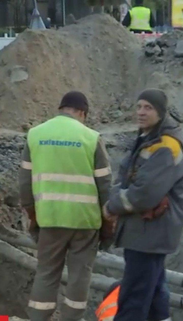 У центрі Києва досі ліквідовують наслідки прориву труби