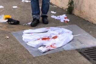 В Гонконге ударили ножом пропекинского политика. Нападающий прикрыл оружие цветами