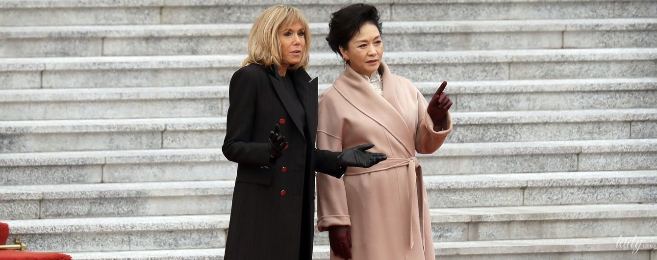 В елегантних пальтах і на підборах: перші леді Франції та Китаю на церемонії привітання