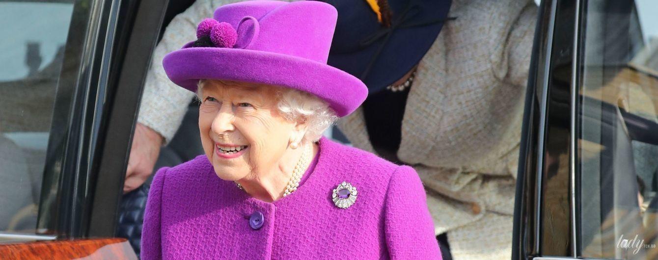 В ярком пальто и с лопатой: королева Елизавета II приехала в деревню