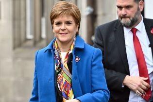 В лазурном пальто и с ярким платком: первый министр Шотландии провела агитацию в Аллоа