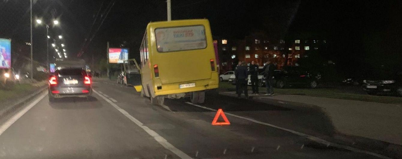 """Во Львове маршрутка """"потеряла"""" колесо прямо во время движения"""