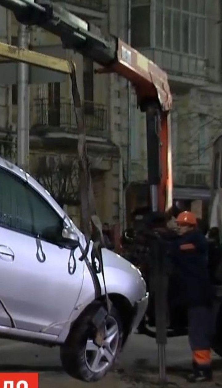Власники пошкоджених внаслідок провалля автівок вимагатимуть компенсації