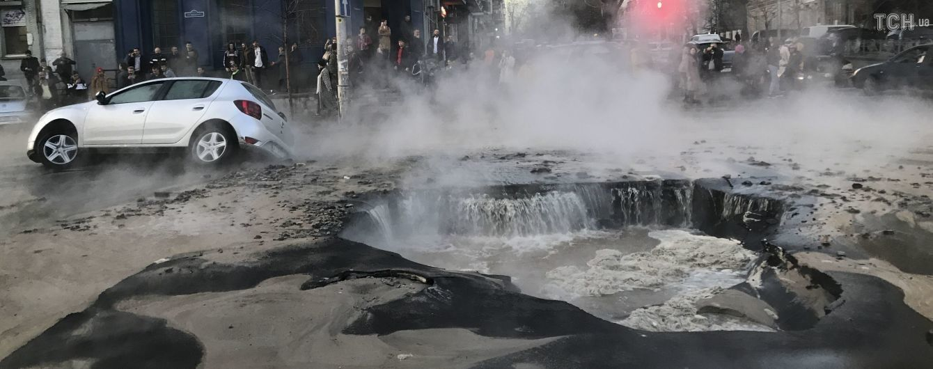 Власники пошкоджених у київському проваллі машин позиватимуться до суду