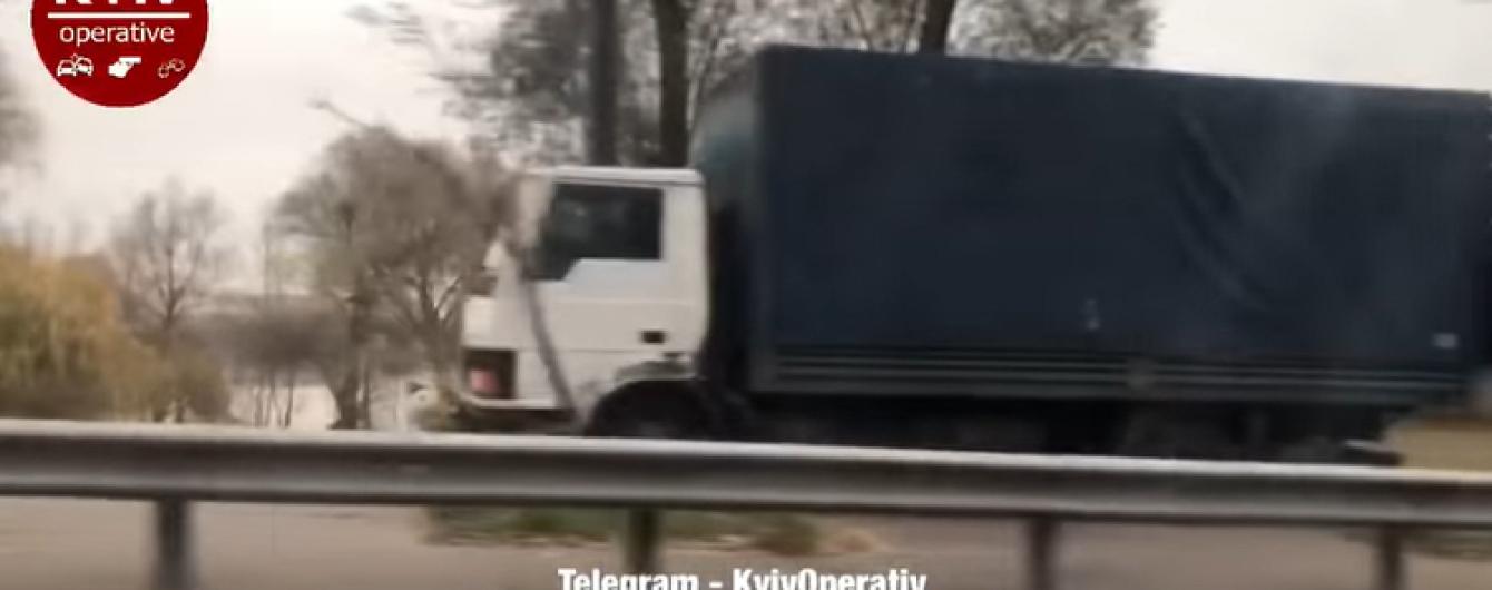 В Киеве сняли горе-водителя грузовика, который отчаянно обгонял пробку по обочине