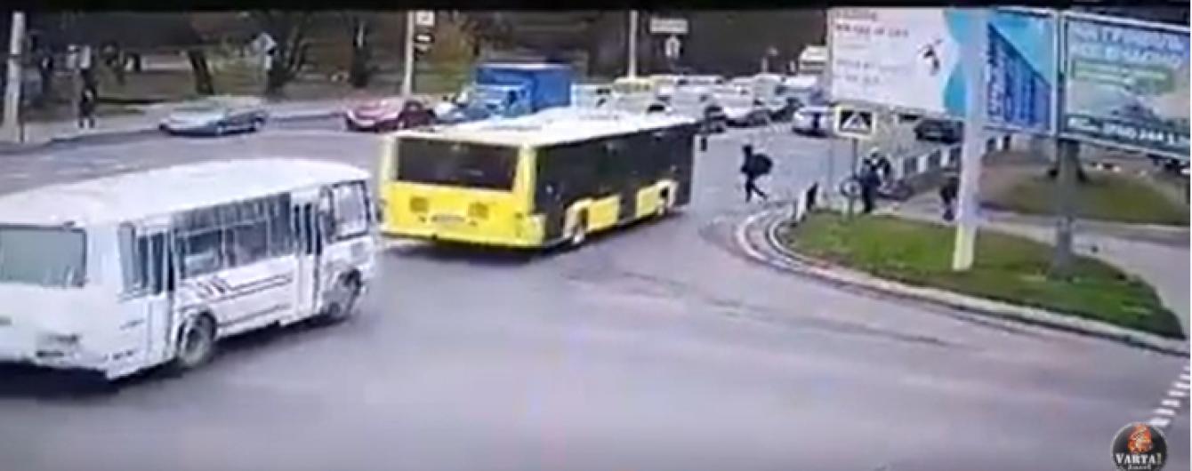 У Львові автобус збив пішохода на переході