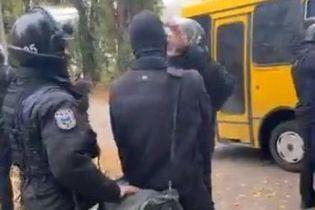 """Правоохранители задержали """"титушек"""", которые ворвались в общежитие в Киеве"""