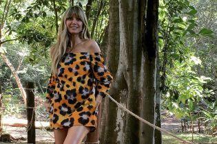 В леопардовом мини и белых кроссовках: супермодель Хайди Клум прогулялась по джунглям