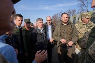 Послы иностранных стран посетили район разведения сил возле Петровского и Золотогого