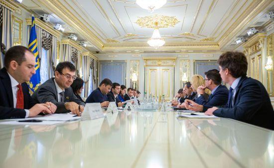 Після заяв про згортання бізнесу в Україні президент зустрівся з керівниками тютюнових компаній