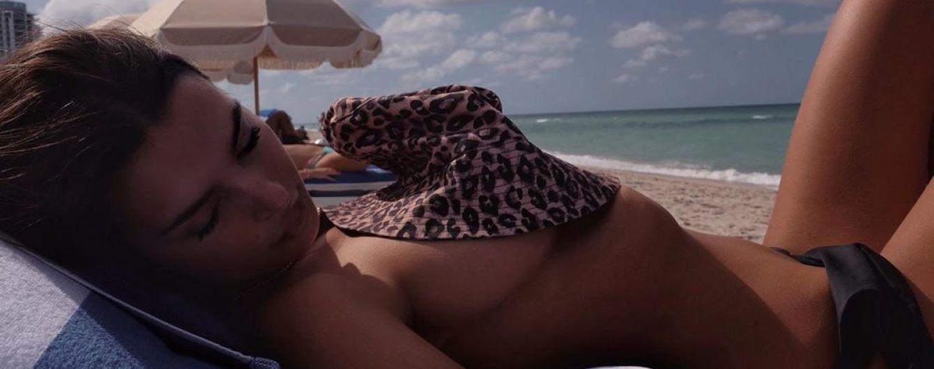 Прикрила груди леопардовою панамою: Емілі Ратаковскі позувала на пляжі