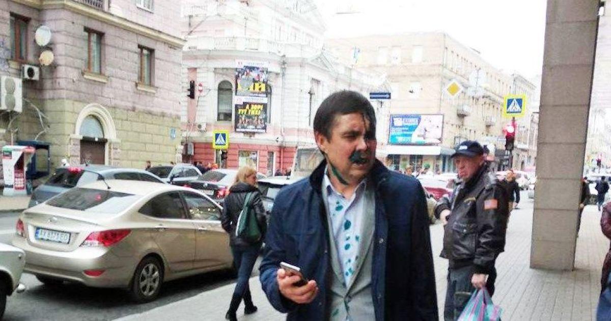 У Харкові після суду у справі про перейменування проспекту Григоренка на Жукова посадовця міськради облили зеленкою