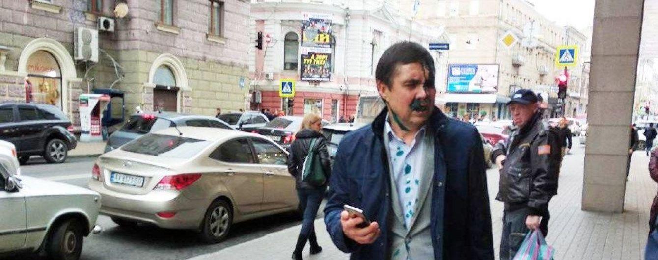 В Харькове после суда по делу о переименовании проспекта Григоренко в Жукова чиновника горсовета облили зеленкой