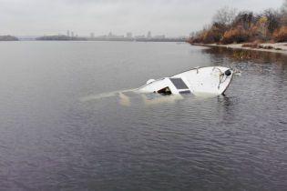 На столичной Оболони затонула яхта с людьми. В Сети опубликовали видео с места события