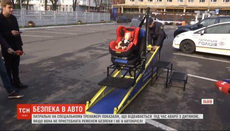 Почему детское автокресло важно: во Львове показали, что происходит с малышом во время ДТП