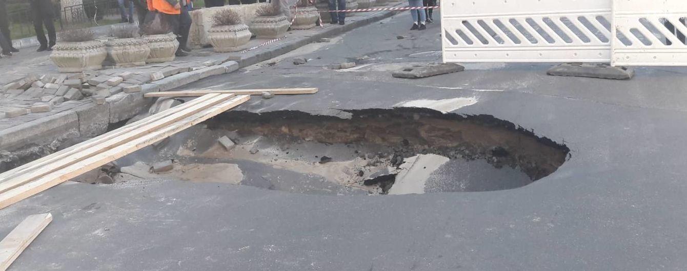 Киевское провалье на Саксаганского: дорожники заменили поврежденную трубу и восстановили движение транспорта