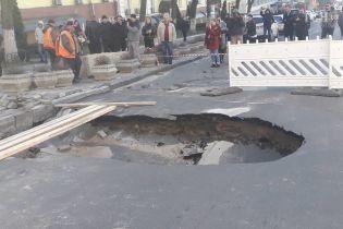 Київське провалля на Саксаганського: дорожники замінили пошкоджену трубу і відновили рух транспорту