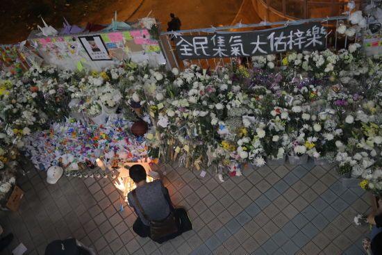 У Гонконгу 22-річний студент помер після падіння з висоти, коли ухилявся від сльозогінного газу поліцейських
