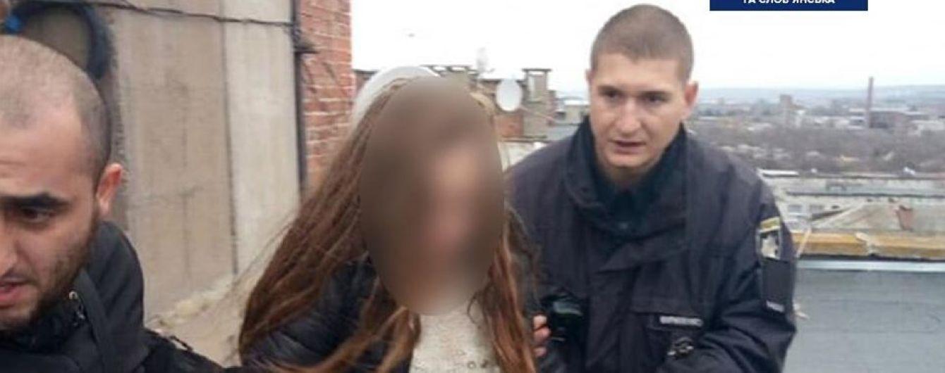 На Донеччині патрульні завадили 14-річній дівчині стрибнути з даху дев'ятиповерхівки