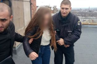 На Донетчине патрульные помешали 14-летней девушке прыгнуть с крыши девятиэтажки