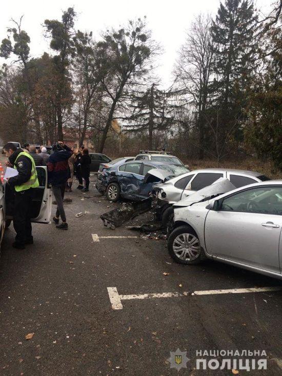 На Київщині водійка на паркуванні в'їхала в п'ять автомобілів