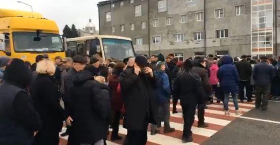 Противники продажу землі перекрили автомагістраль у Львівській області