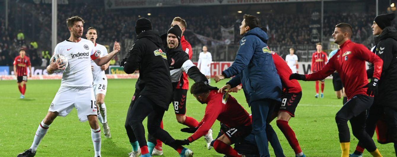 """Футболіст """"Айнтрахта"""" збив з ніг тренера суперників і ледве не спровокував масову бійку"""