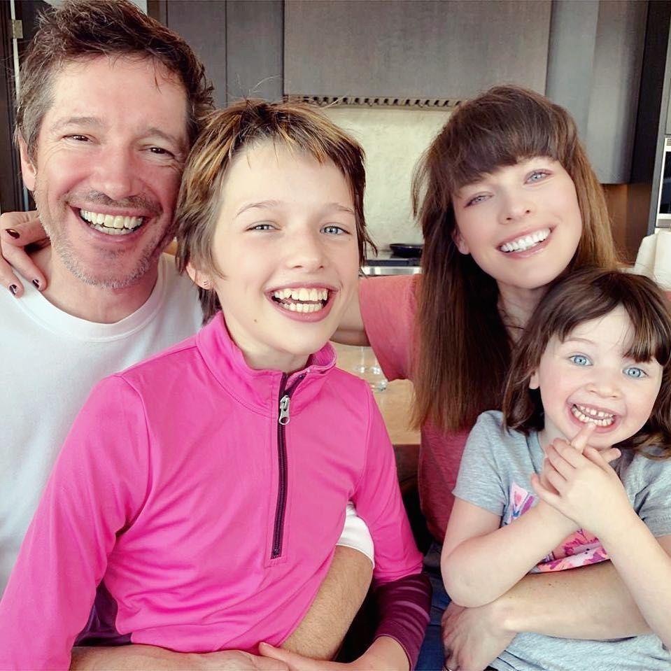 Мілла Йовович з чоловіком та дітьми