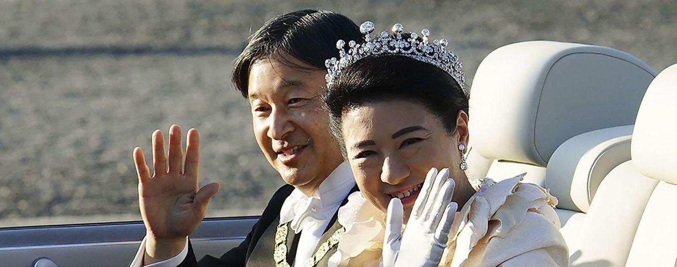 В бриллиантовой тиаре и на роскошном автомобиле: императрица Японии Масако на параде