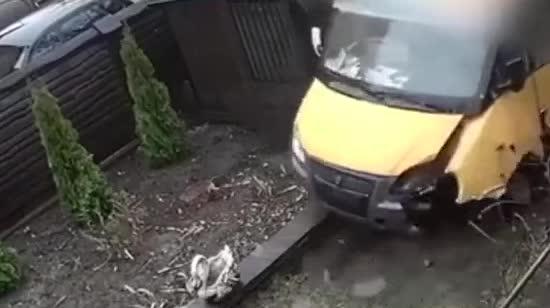 Під Києвом після зіткнення з легковиком маршрутка влетіла у двір. Патрульні опублікували відео