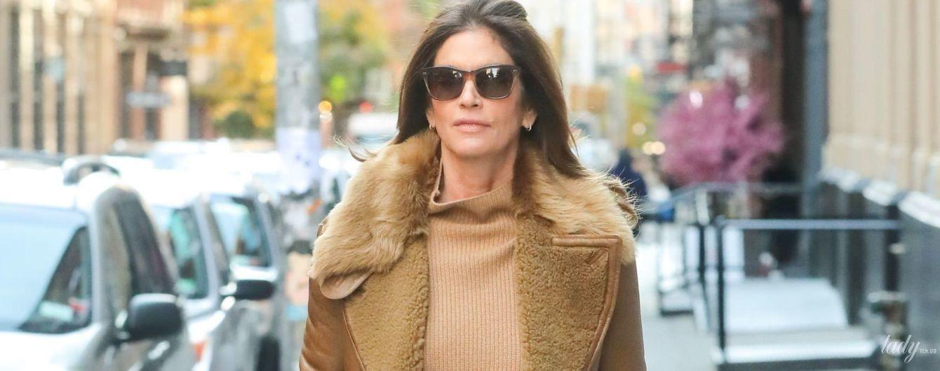Утеплилась: Синди Кроуфорд в рыжей кожаной дубленке прогулялась по Нью-Йорку