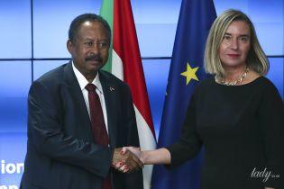 В черном платье-футляре и с золотым ожерельем: глава дипломатии ЕС Федерика Могерини повторила образ