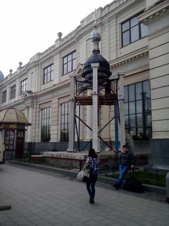 Ремонт площі біля вокзалу у Львові. Перед входом замість символа Донецька спорудили каплицю