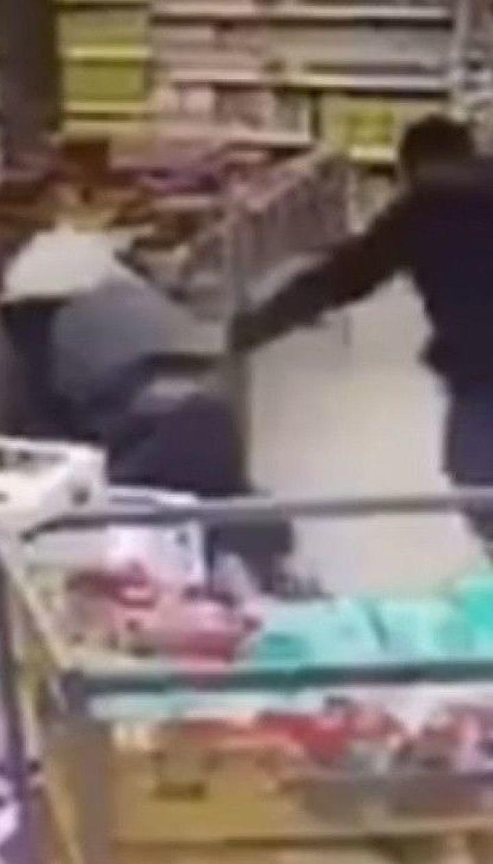 Троє молодиків напідпитку побили охоронця цілодобового супермаркета в Києві