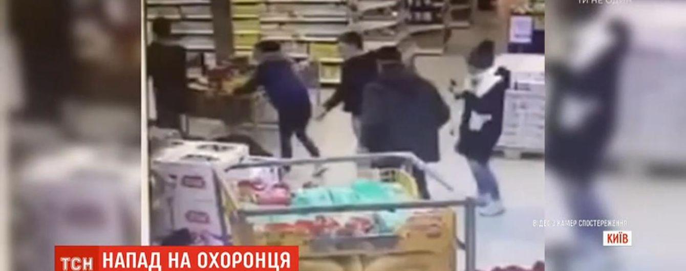 Троє нетверезих хлопців побили охоронця столичного супермаркету